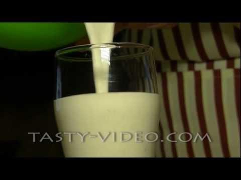 """Банановый молочный коктейль """" Женский портал - видео рецепты и не только"""