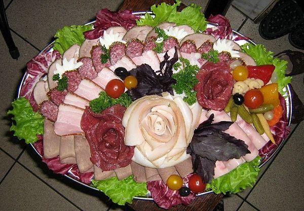 Украшение столов на праздники блюдами
